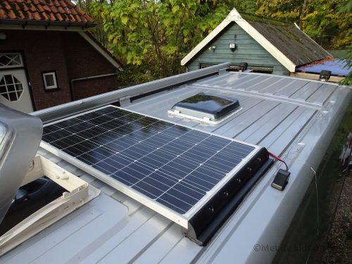 zonnepaneel gemonteerd op het dak van de camper