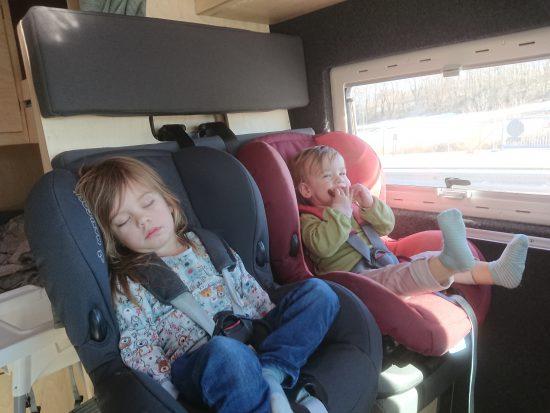 kids tijdens het rijden
